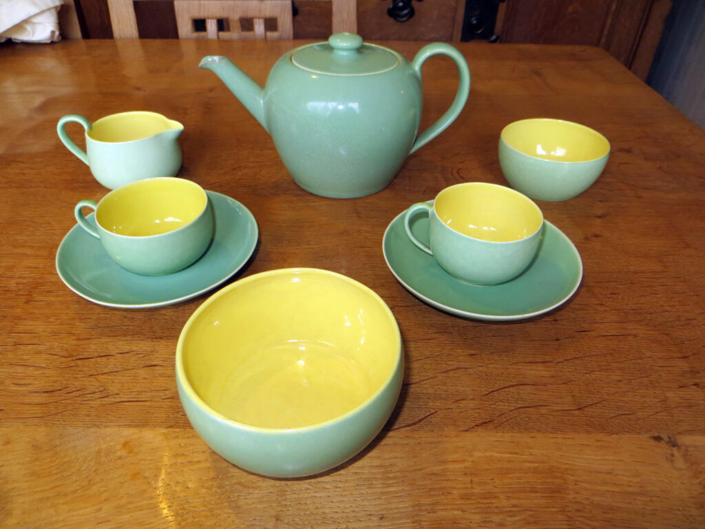 Early tea set in a two-way soufflé glaze.
